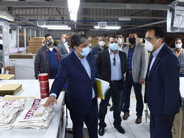 رئيس الوزراء يتفقد مصنعا للملابس الجاهزة بالمنطقة الحرة العامة بمدينة الإسماعيلية
