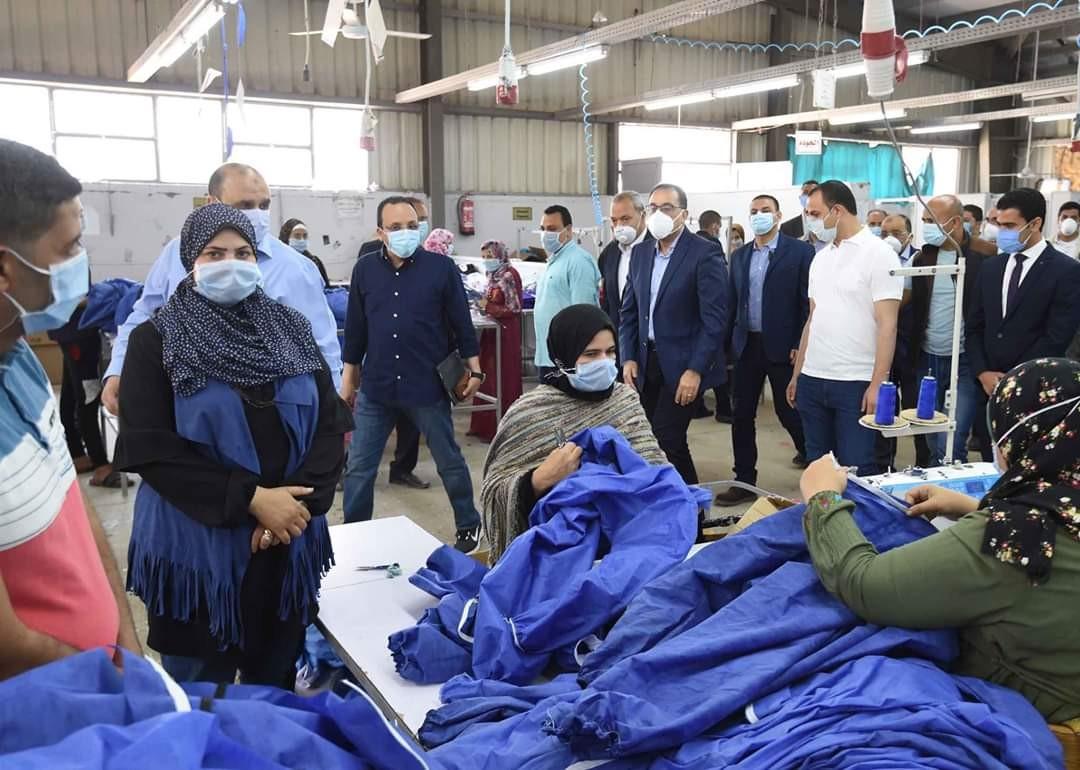 رئيس الوزراء يتفقد مصنعا للملابس الجاهزة و الملابس الطبية والكمامات بالقليوبية