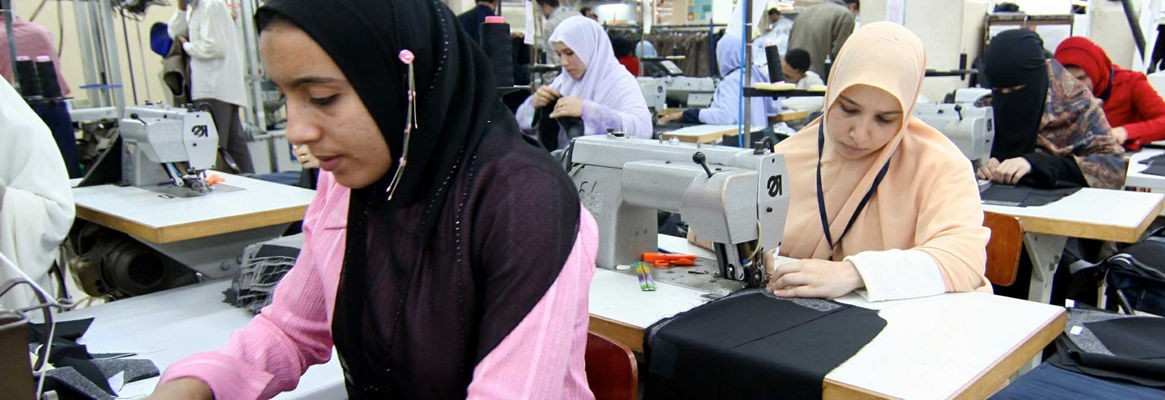 شركة غزل المحلة تصرف مكافأة شهر ونصف لعاملات قطاع الملابس