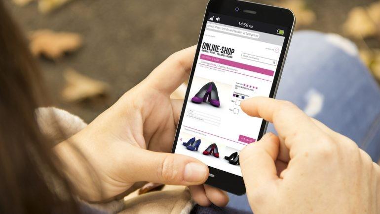 البيع أون لاين و تخفيضات استثنائية وسيلة الملابس والأحذية لتحريك المبيعات فى العيد