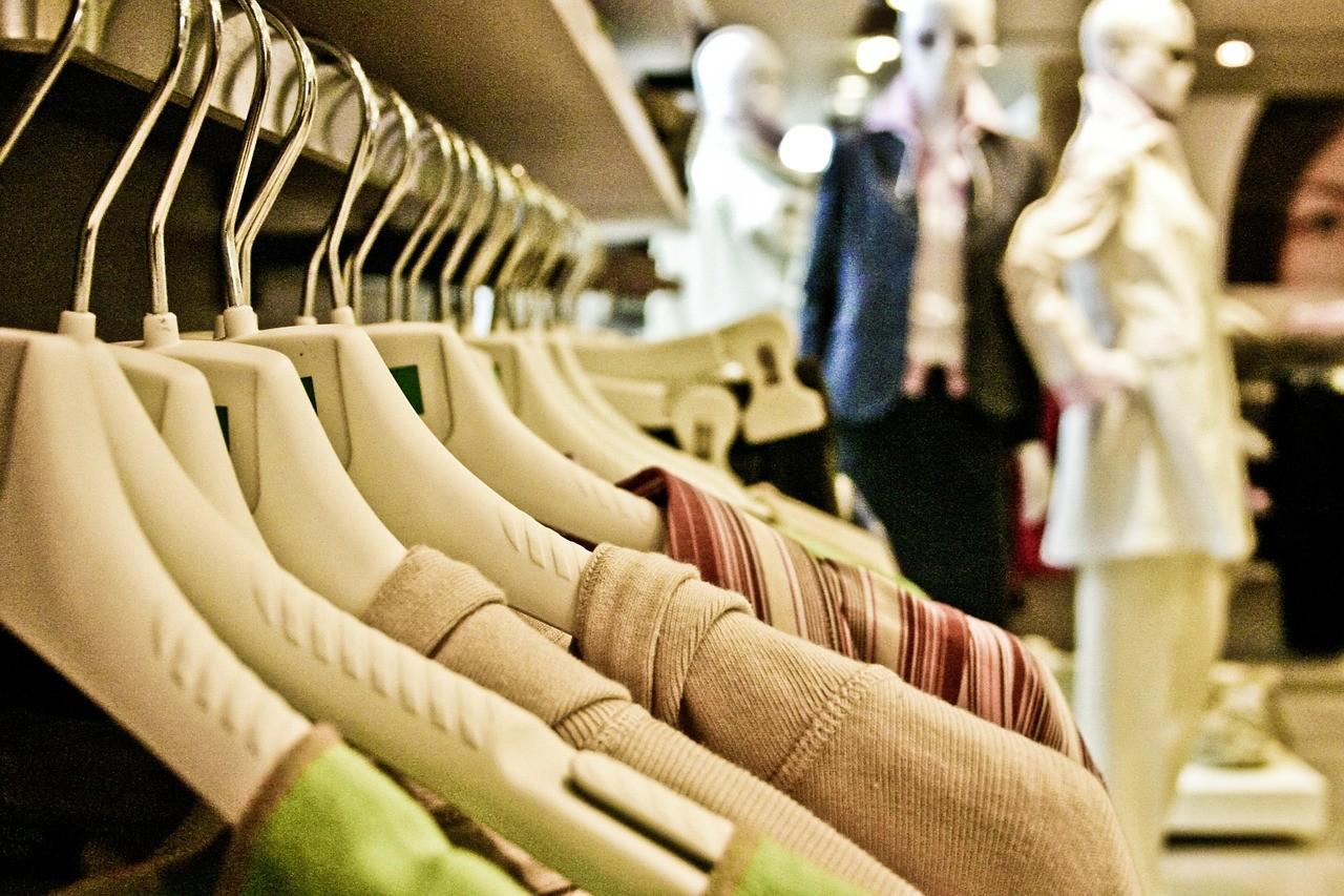 شعبة الملابس الجاهزة: إقبال متوسط على الأوكازيون الشتوى والتخفيضات تصل 70 فى المئة