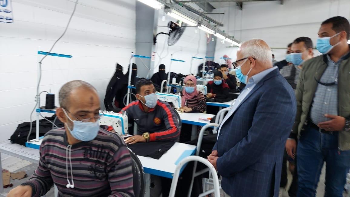 محافظ بورسعيد يشيد بمستوى الإنتاج داخل أحد مصانع الملابس الجاهزة والإجراءات الاحترازية